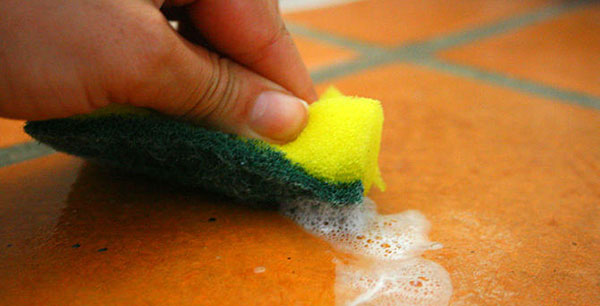 How to clean a bathroom using natural products